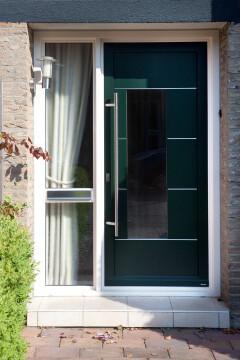 Groene voordeur met zijraam in Peize, Roden, Haren en Groningen