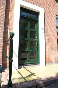 Groene kunststof voordeur met raampatroon in Peize, Roden, Haren en Groningen